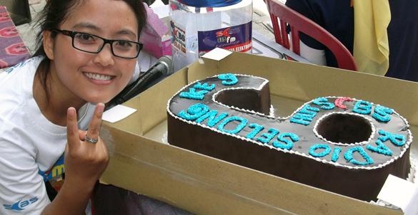 Kue coklat unik bersama penyiar Ewik