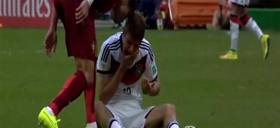 Kartu merah Pepe karna pelanggaran pada Thomas Muller hingga hidung berdarah