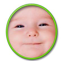 Bayi tersenyum riang